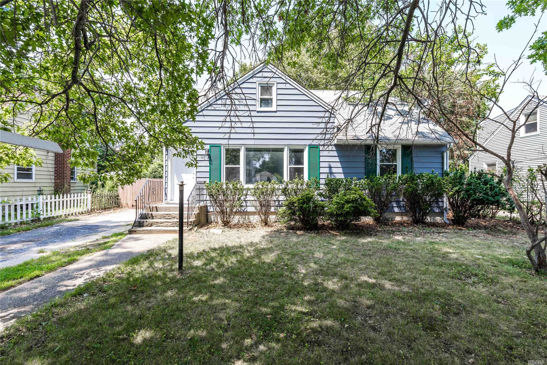 Photo of home for sale at 674 Winthrop Dr, Uniondale NY