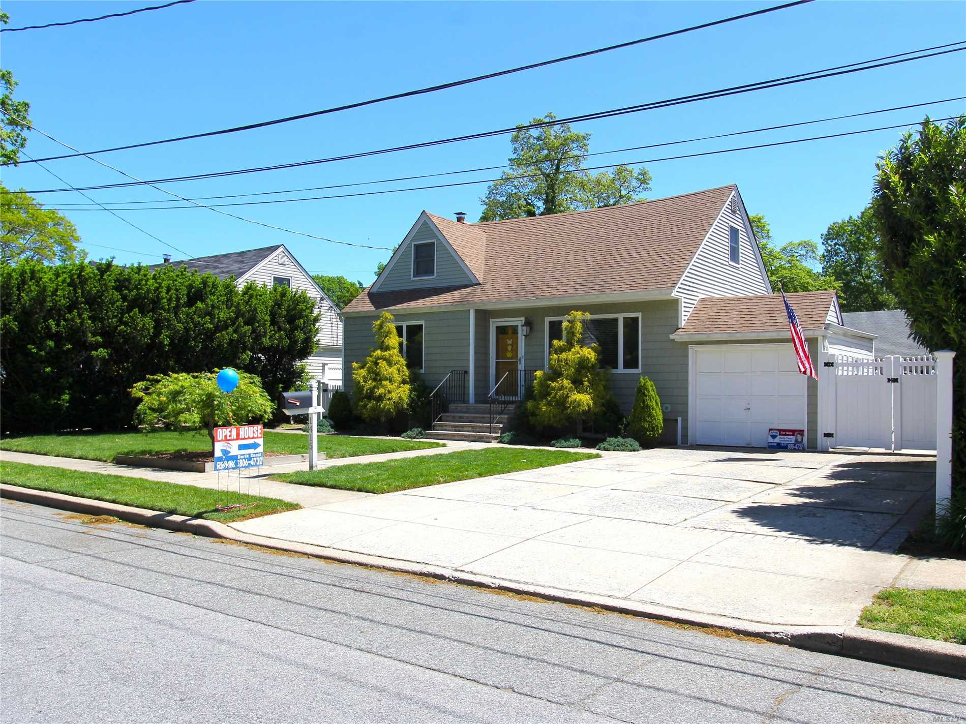 Photo of home for sale at 1415 Powell Ave, Merrick NY