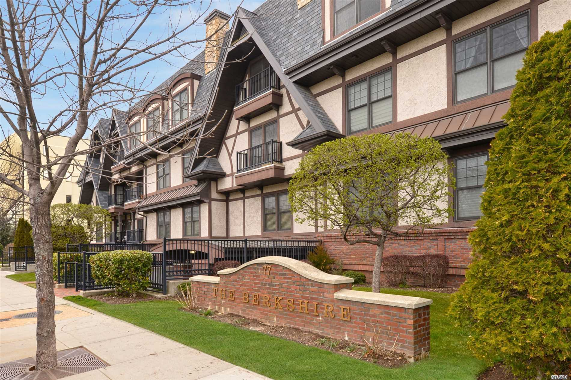 Property for sale at 77 Maple Ave, Rockville Centre,  NY 11570