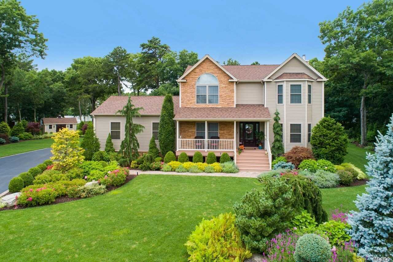 Photo of home for sale at 7 Toussie Ct, Ridge NY