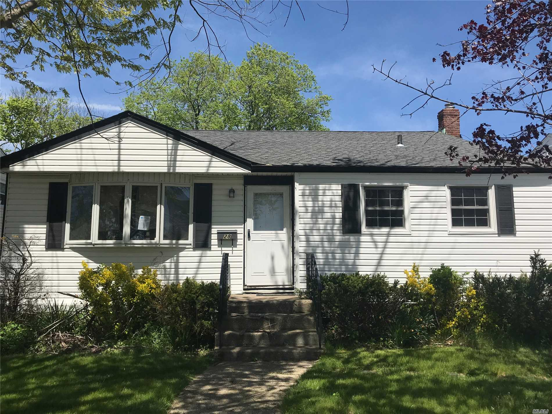 Photo of home for sale at 28 Howard Ave, Freeport NY
