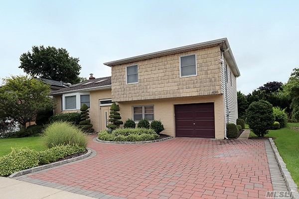 Photo of home for sale at 430 Kinsley Ct, Oceanside NY