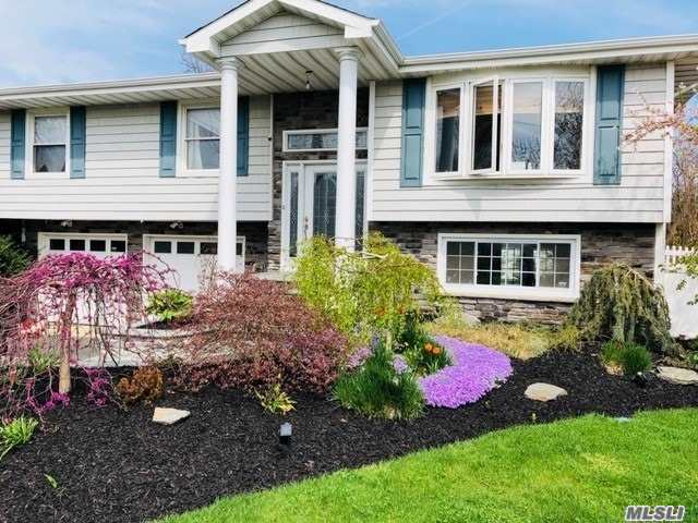 Photo of home for sale at 105 Sequams Ln E, West Islip NY