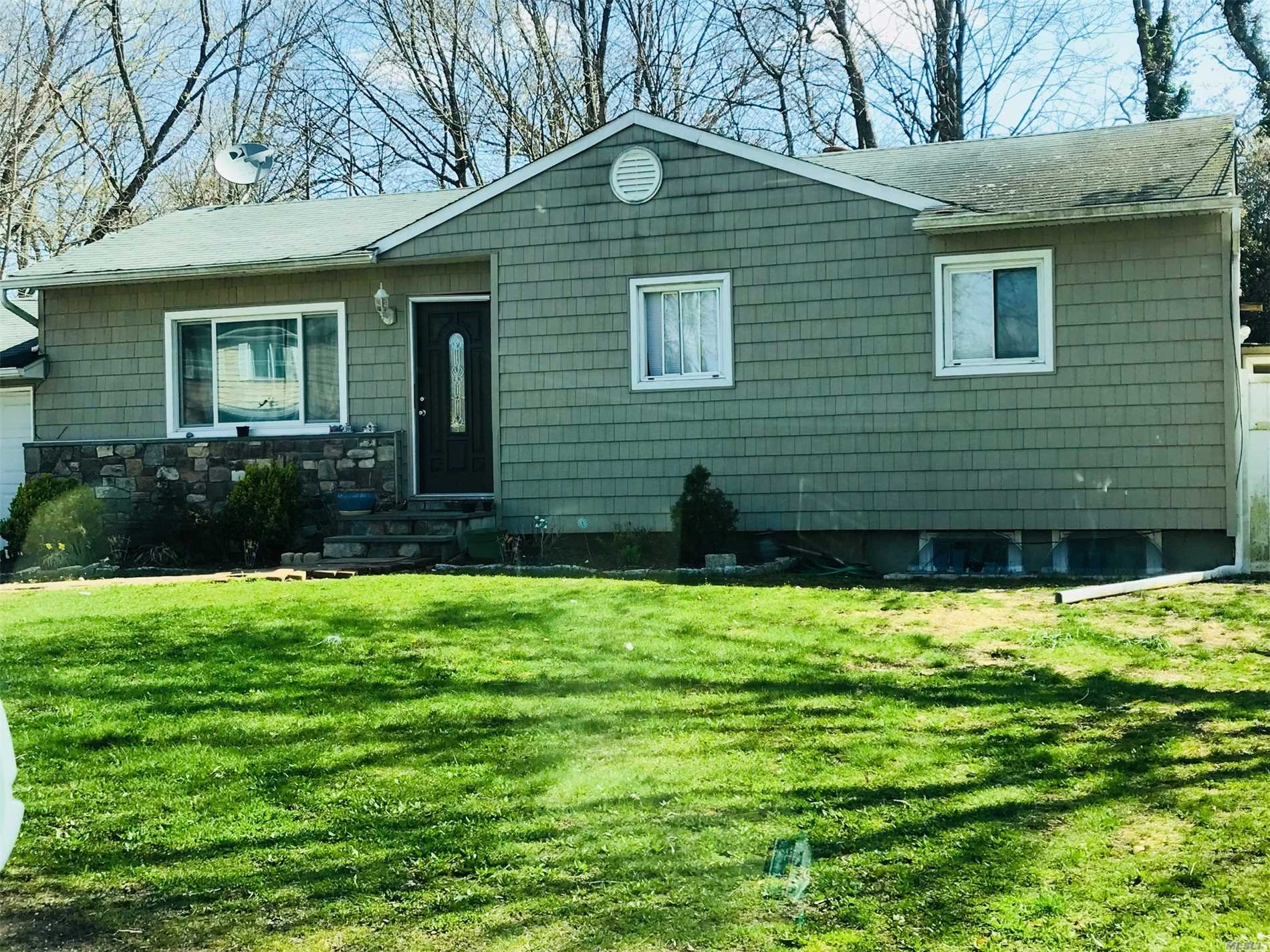 Photo of home for sale at 7 Pinetop Dr, Central Islip NY