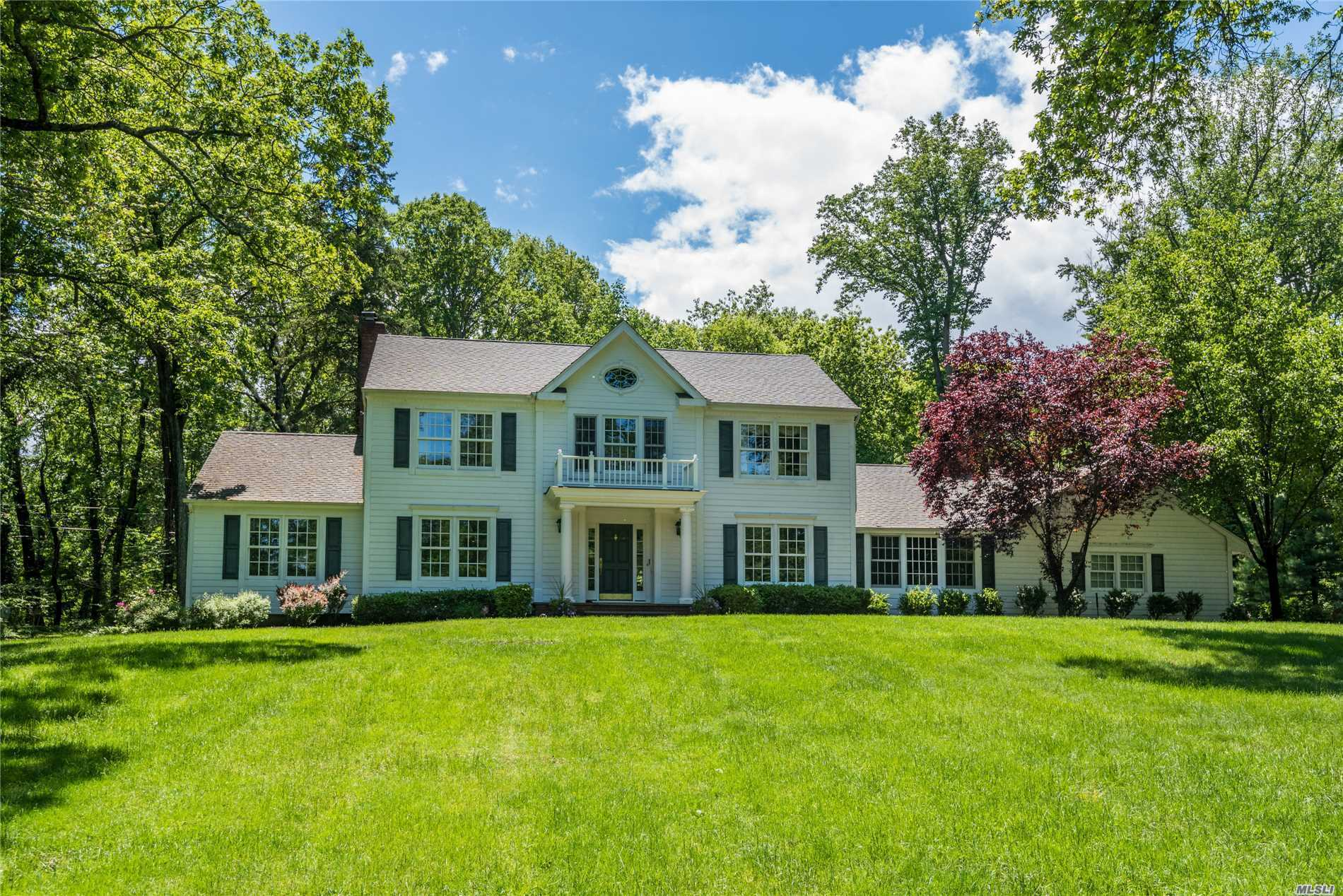 Photo of home for sale at 5 Easterly Ct, Lloyd Harbor NY