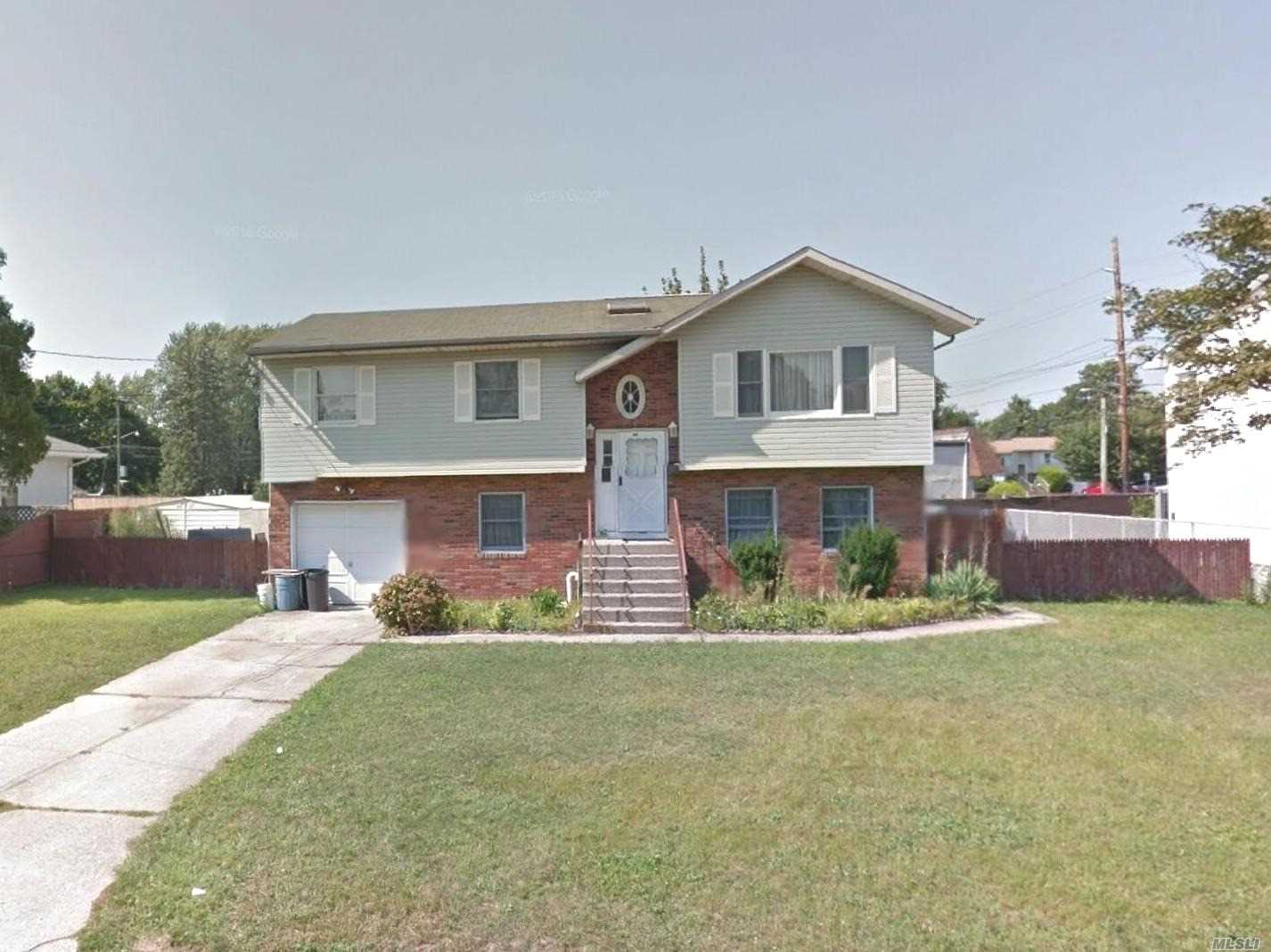 Photo of home for sale at 1552 14th St, West Babylon NY