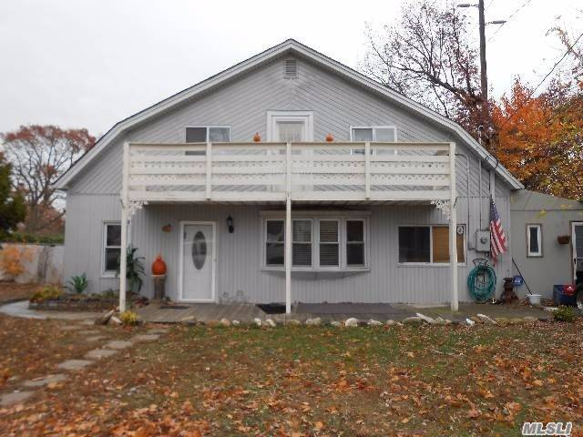 Photo of home for sale at 200 Farmers Ave, Lindenhurst NY