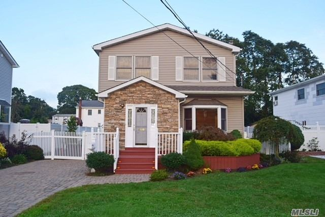 Photo of home for sale at 560 15th St S, Lindenhurst NY