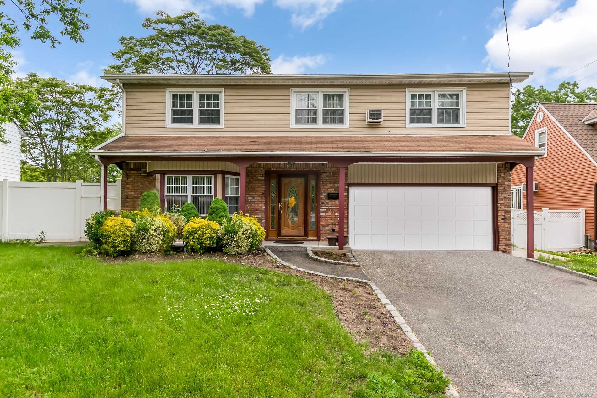 Photo of home for sale at 1415 Meadowbrook Rd, North Merrick NY