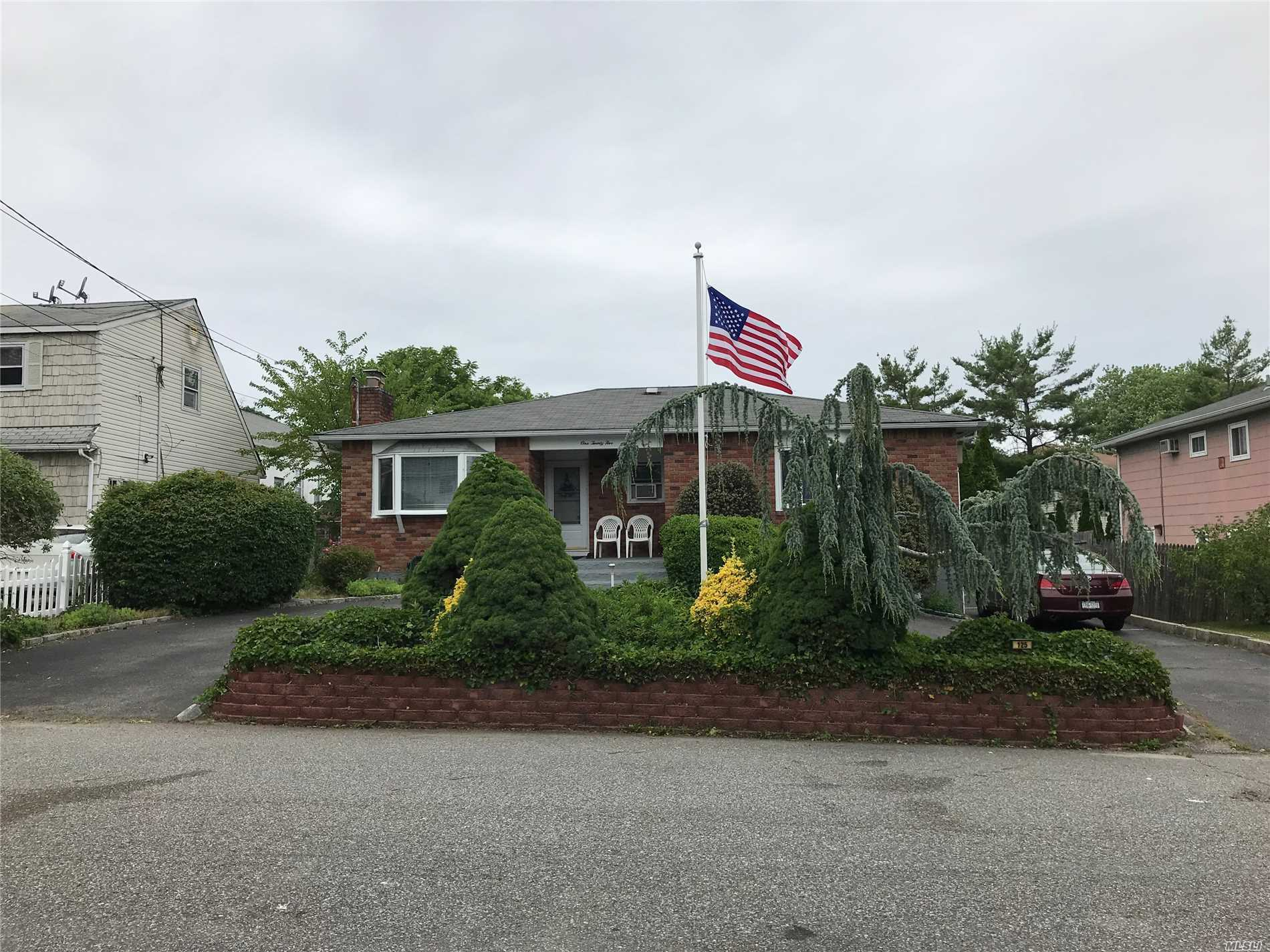 Photo of home for sale at 125 Maple Ct, Copiague NY