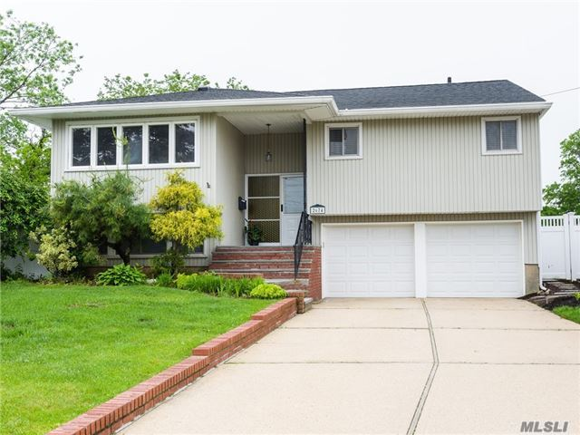 Photo of home for sale at 2674 Hewlett Ln, Bellmore NY