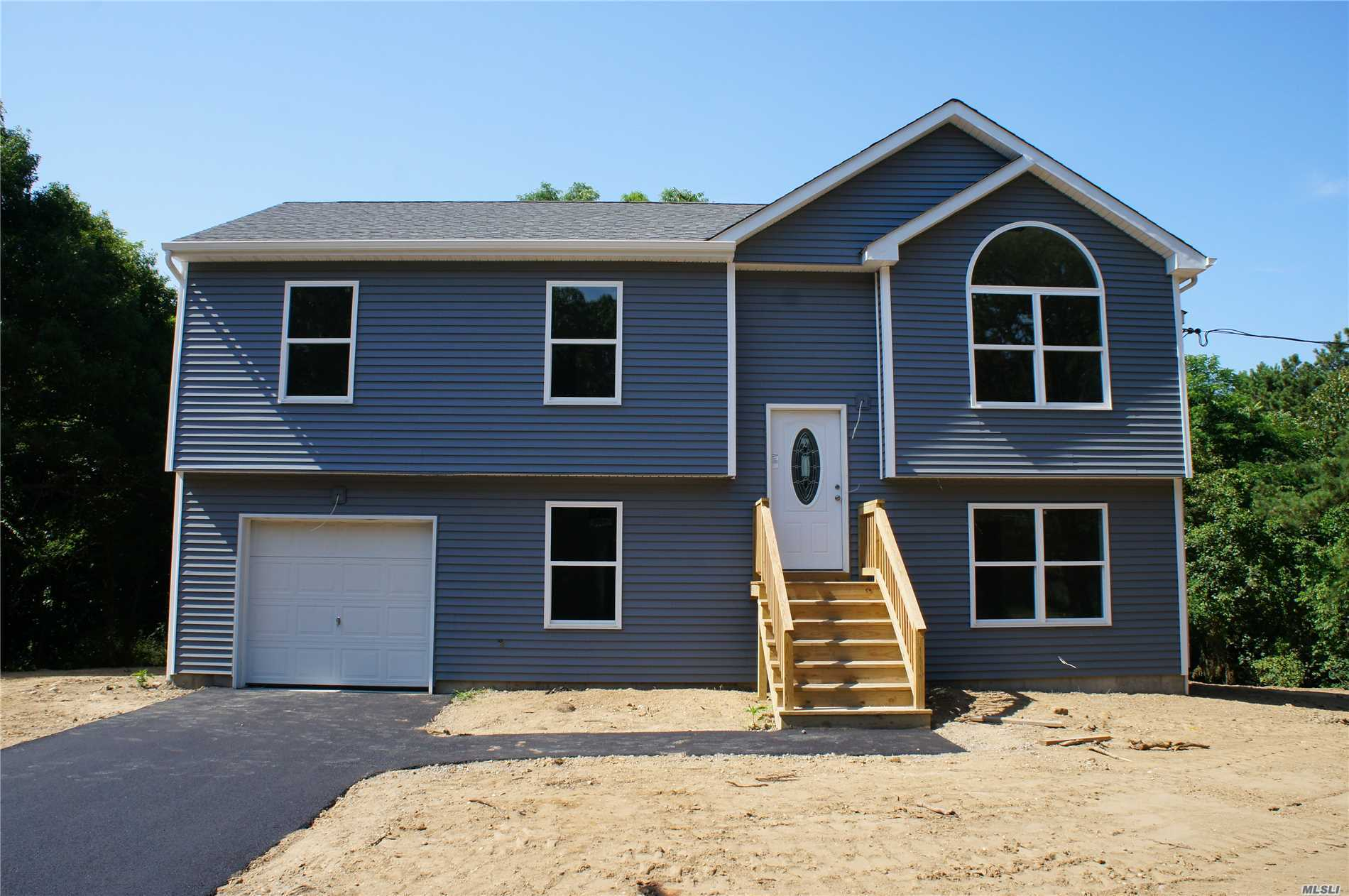Photo of home for sale at 173 Somerset Ave, Mastic NY