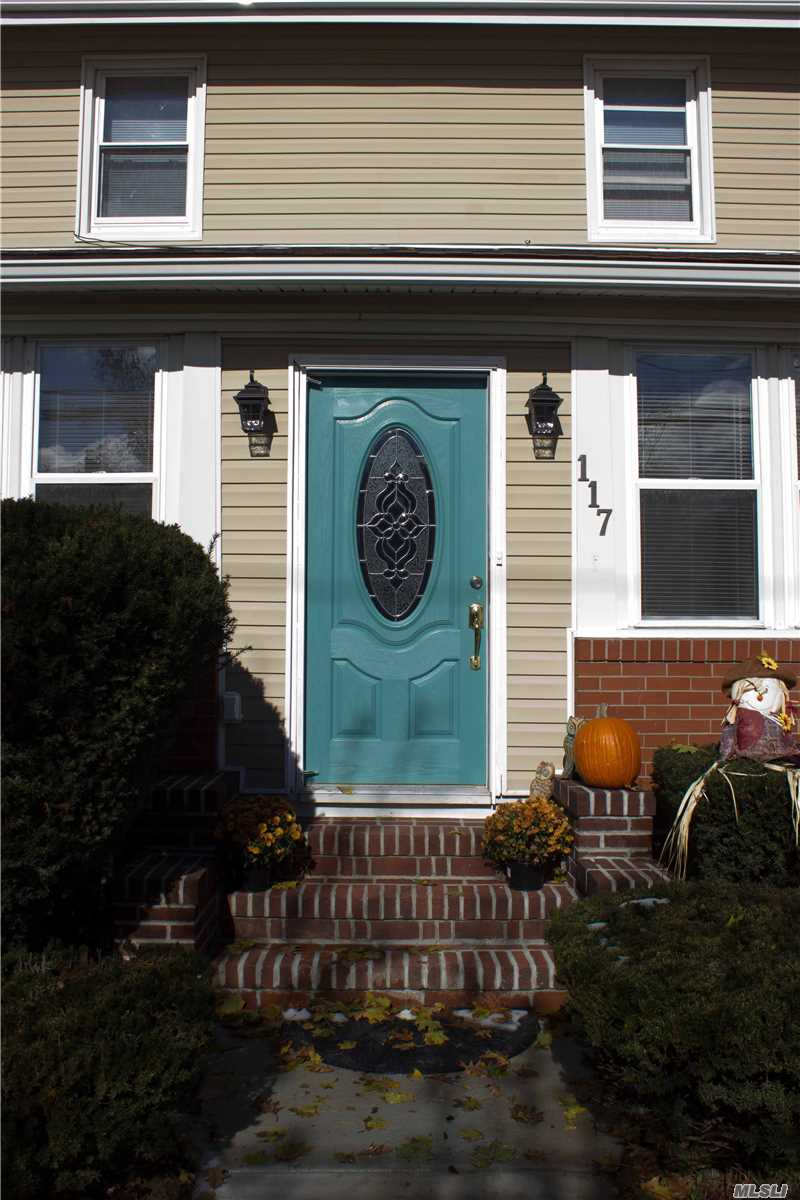 Photo of home for sale at 117 Lillian Ave, Freeport NY
