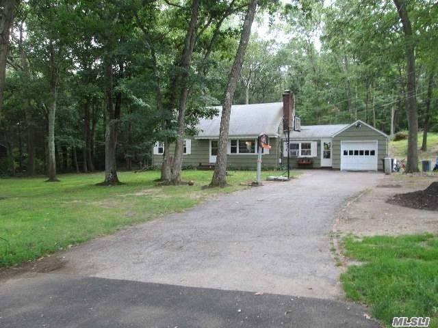 Photo of home for sale at 54 Landview Dr, Dix Hills NY