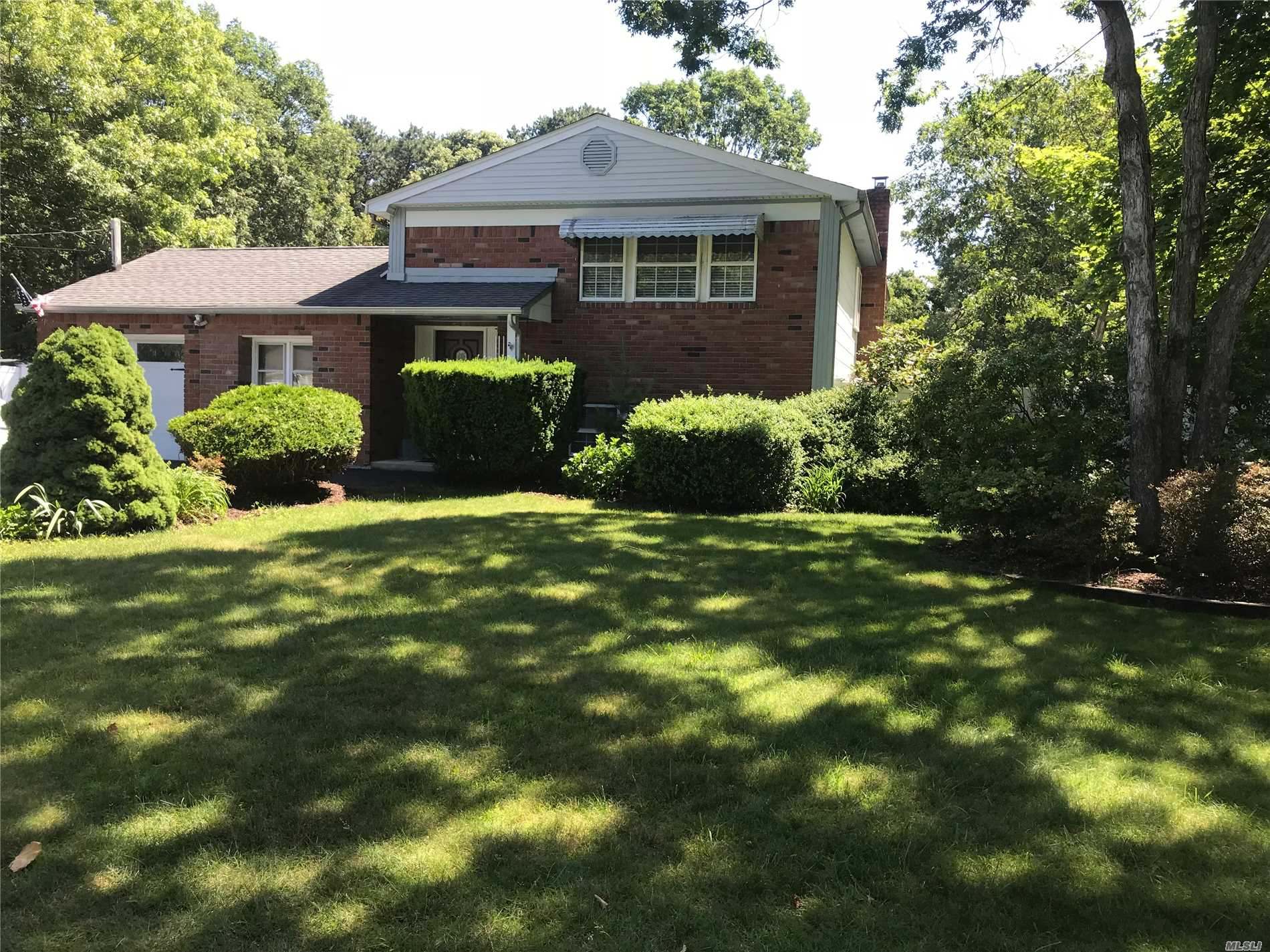 Photo of home for sale at 1393 Ocean Ave, Bohemia NY