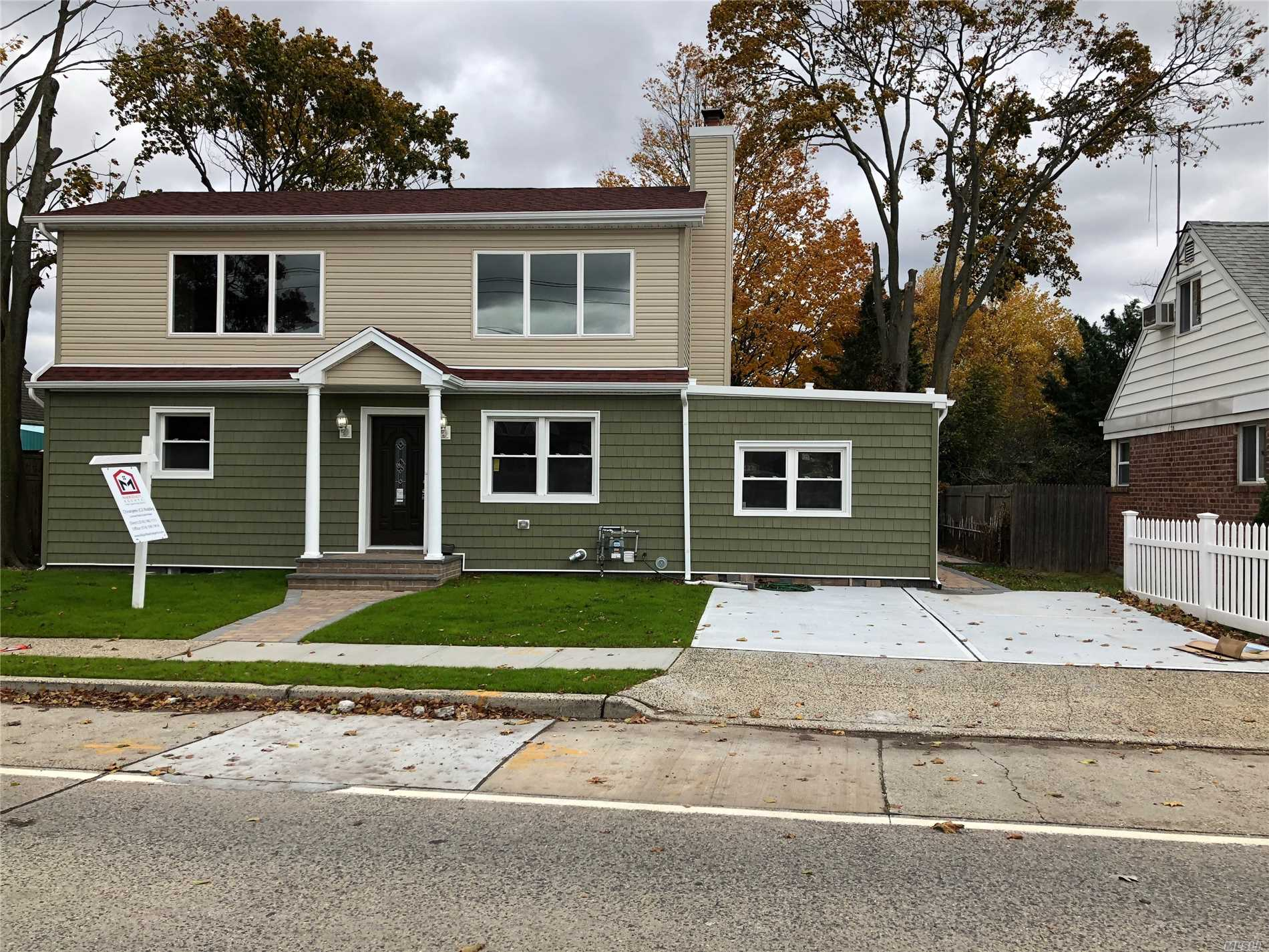 Photo of home for sale at 1707 Bellmore Ave, North Bellmore NY