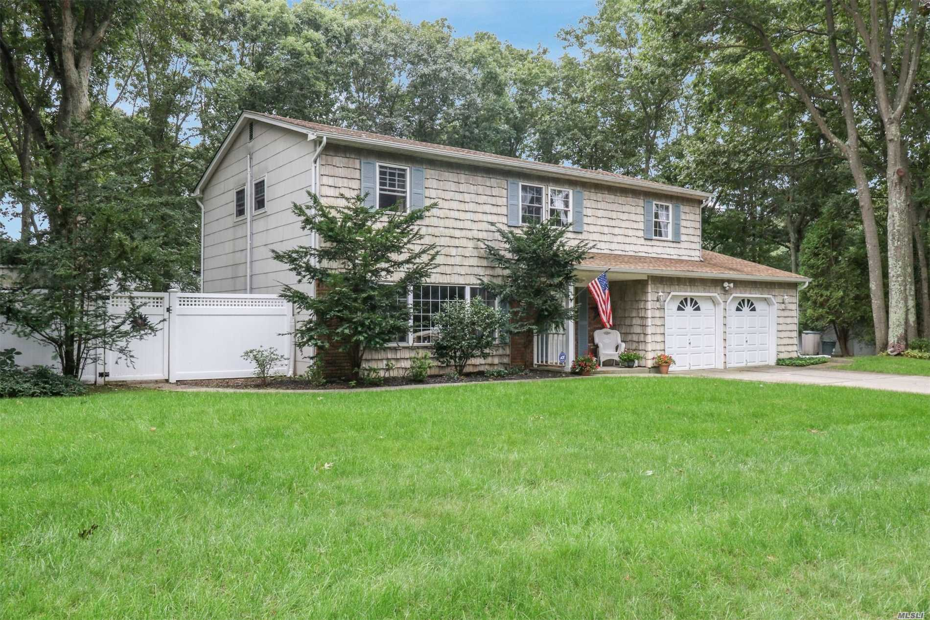 Photo of home for sale at 6 Gayle Ln, Pt.Jefferson Sta NY