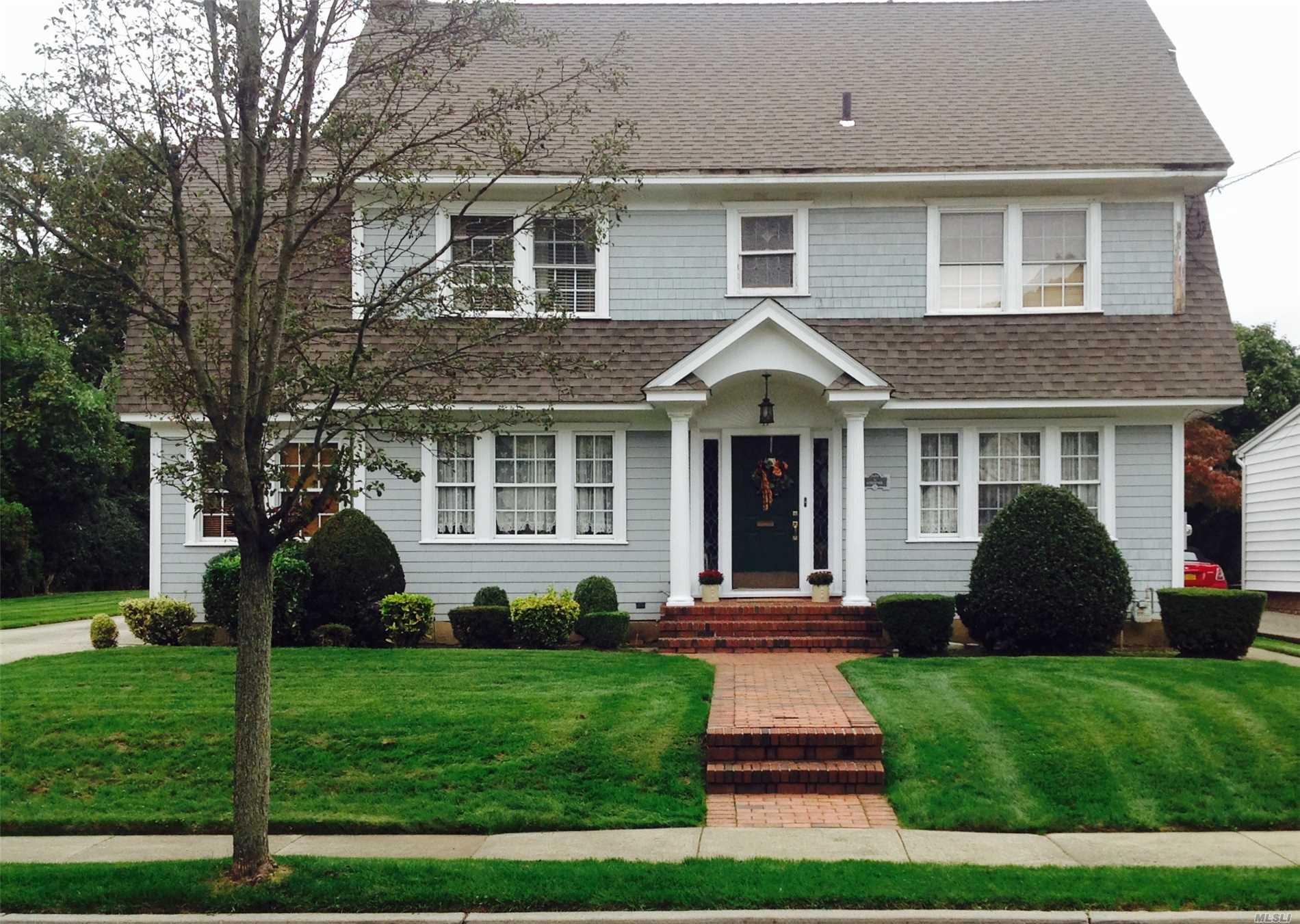 Photo of home for sale at 11 Fairmount Blvd, Garden City NY