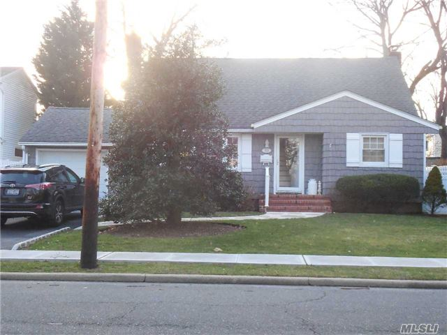 Photo of home for sale at 1528 Oakfield Ave, Wantagh NY