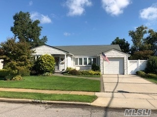 Photo of home for sale at 1241 Martin Dr, Wantagh NY
