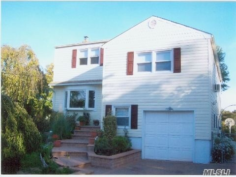 Photo of home for sale at 18 Frank Ave, Farmingdale NY