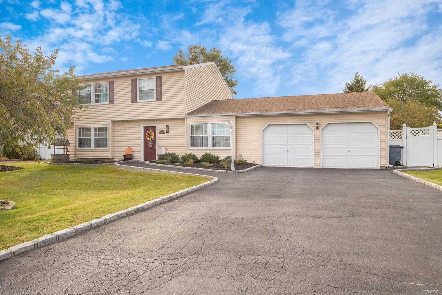 Photo of home for sale at 10 Sprat St, Medford NY