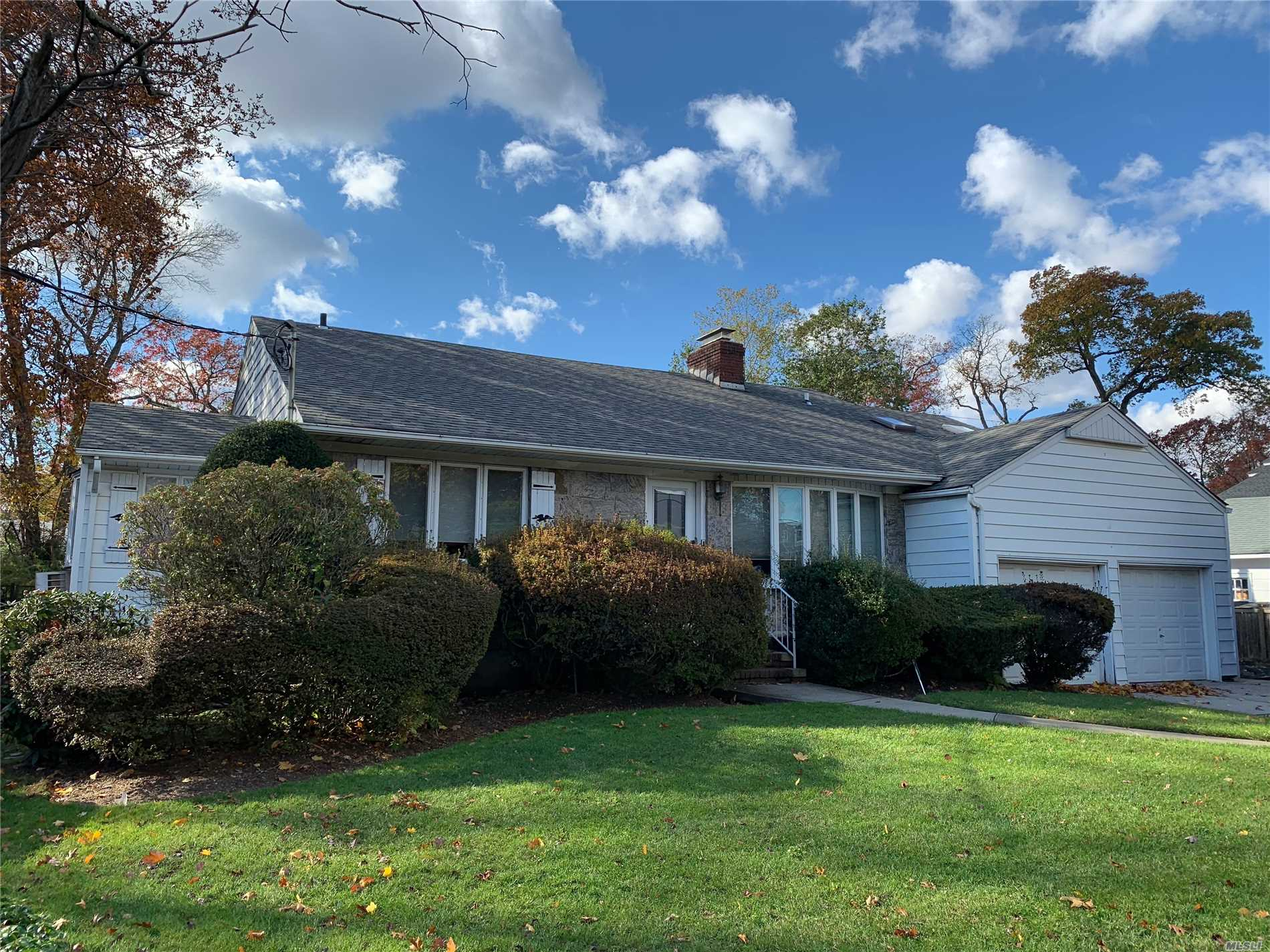 Photo of home for sale at 6 Olive Ct, Rockville Centre NY