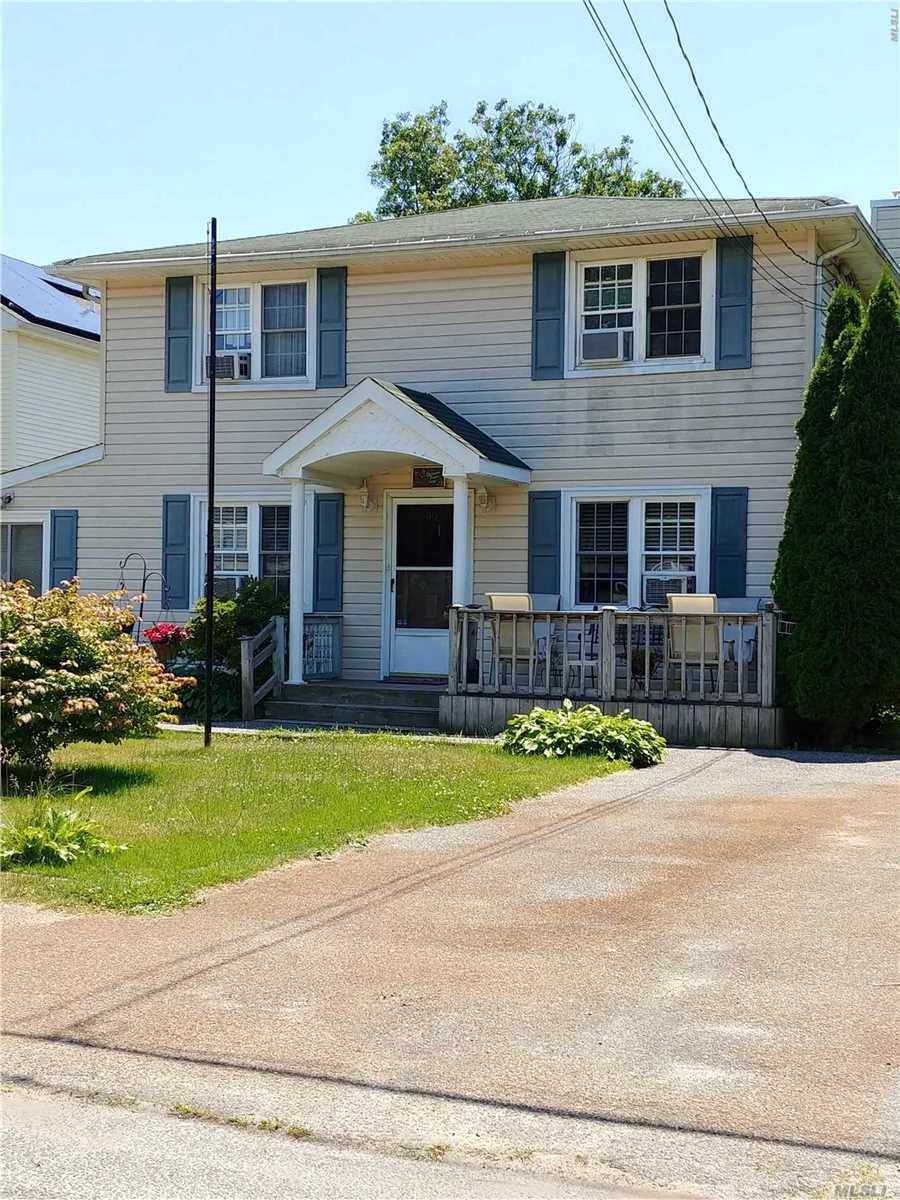 Photo of home for sale at 90 Rugby Dr, Shirley NY