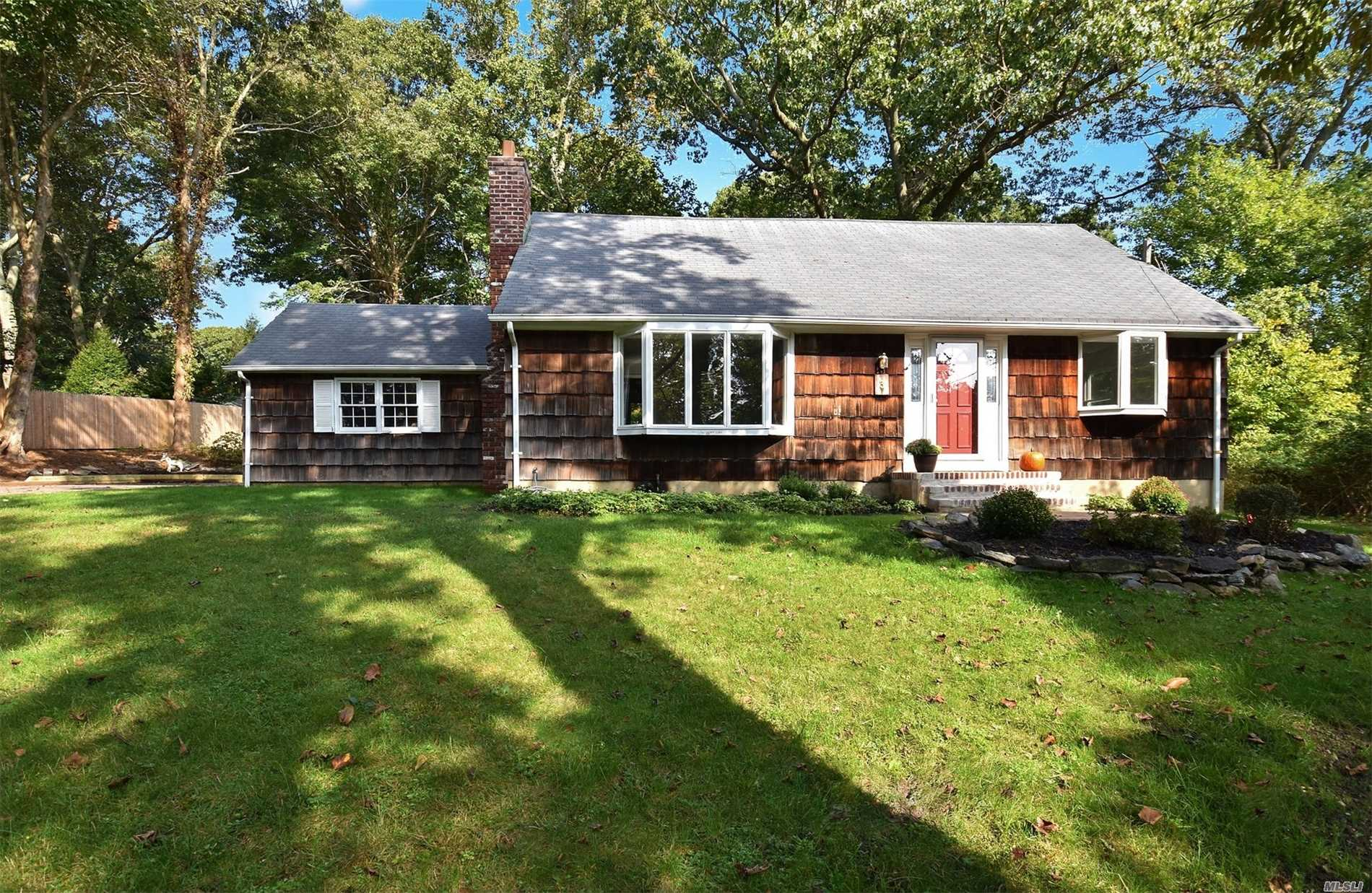 Photo of home for sale at 3 Lemington Ct, Northport NY