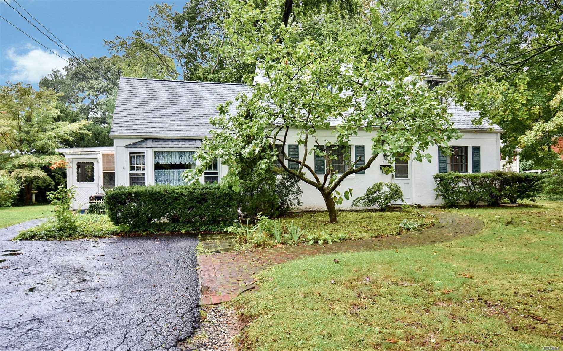 Photo of home for sale at 15 Jay Ct, Northport NY