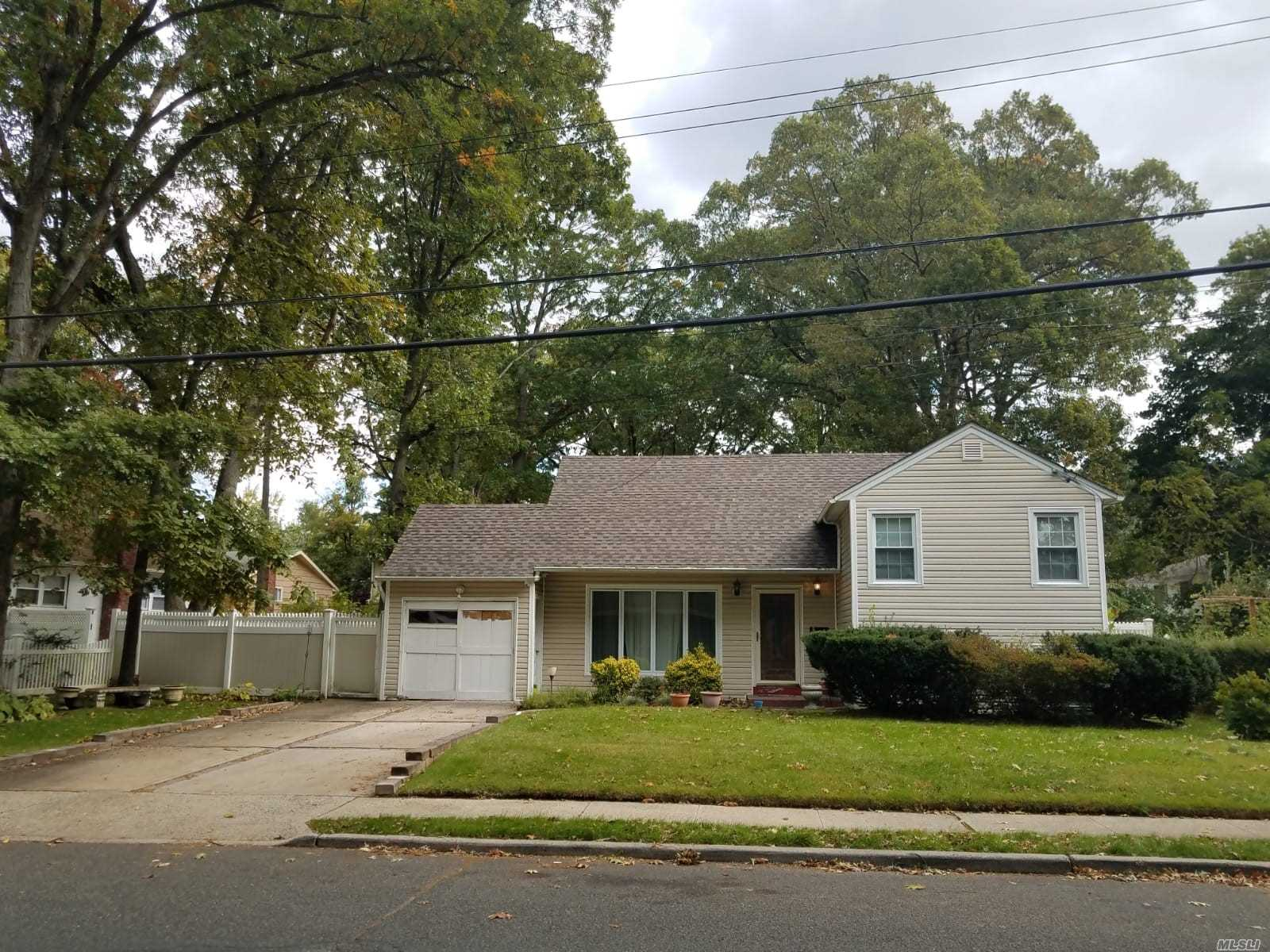 Photo of home for sale at 967 Orlando Ave, West Hempstead NY
