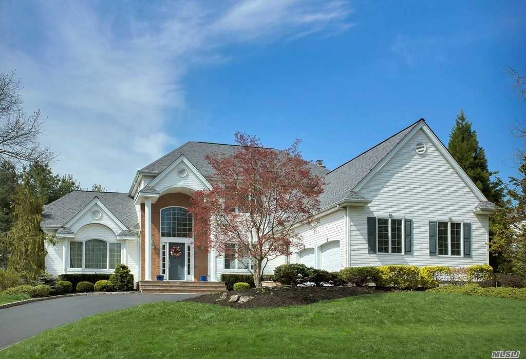 Photo of home for sale at 13 Hunting Hollow Ct, Dix Hills NY