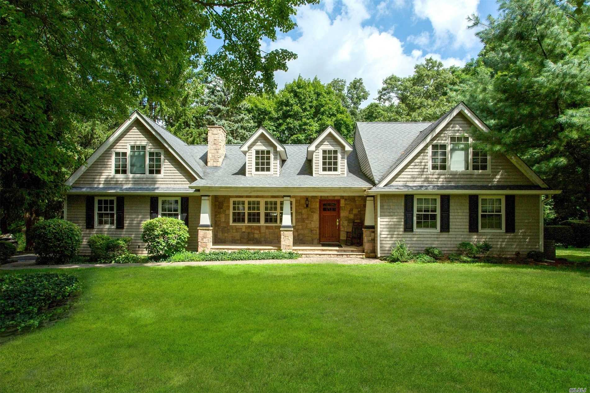 Photo of home for sale at 34 Greenhill Ln, Huntington NY