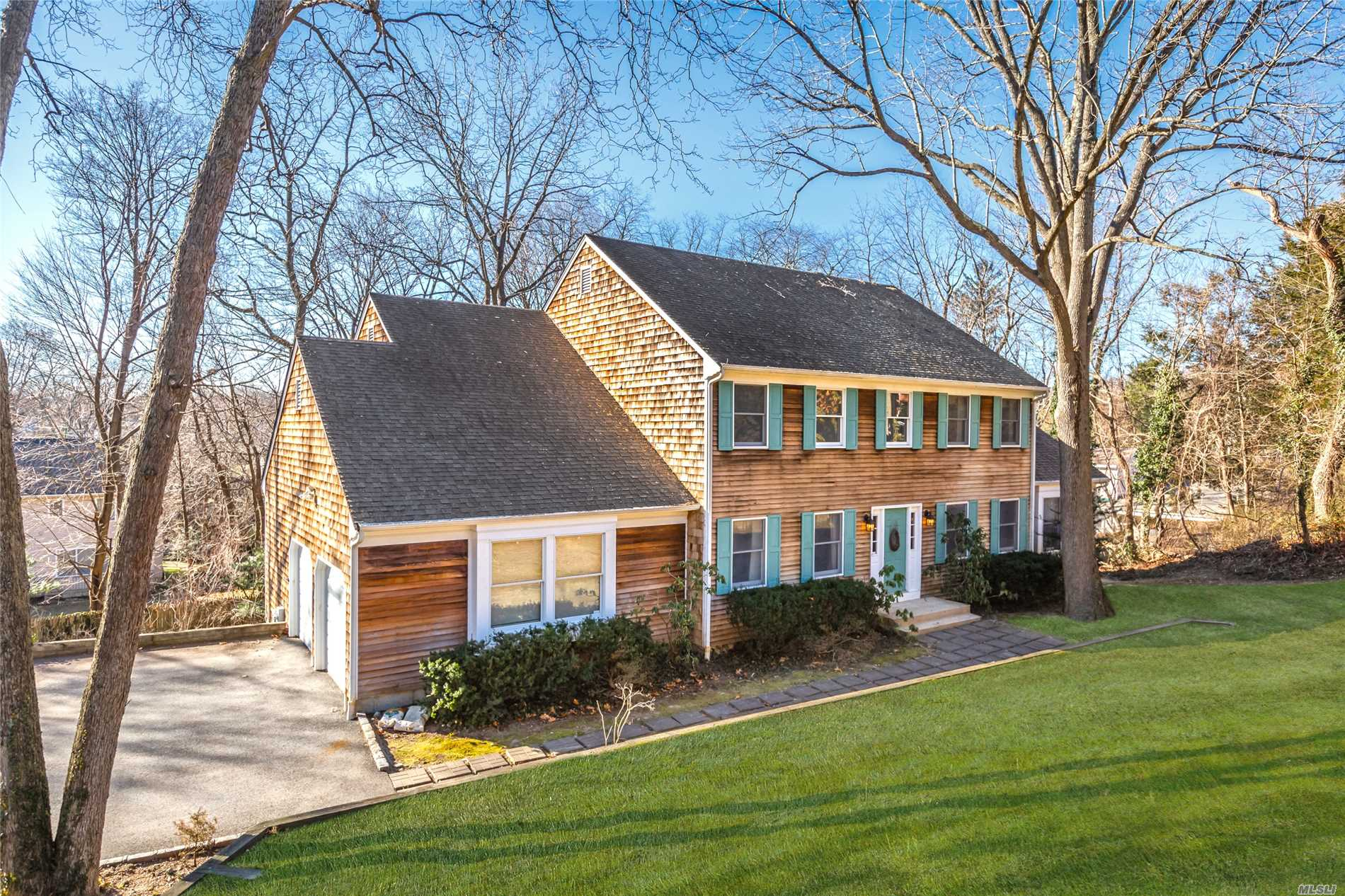 Photo of home for sale at 28 Maurice Ln, Huntington NY