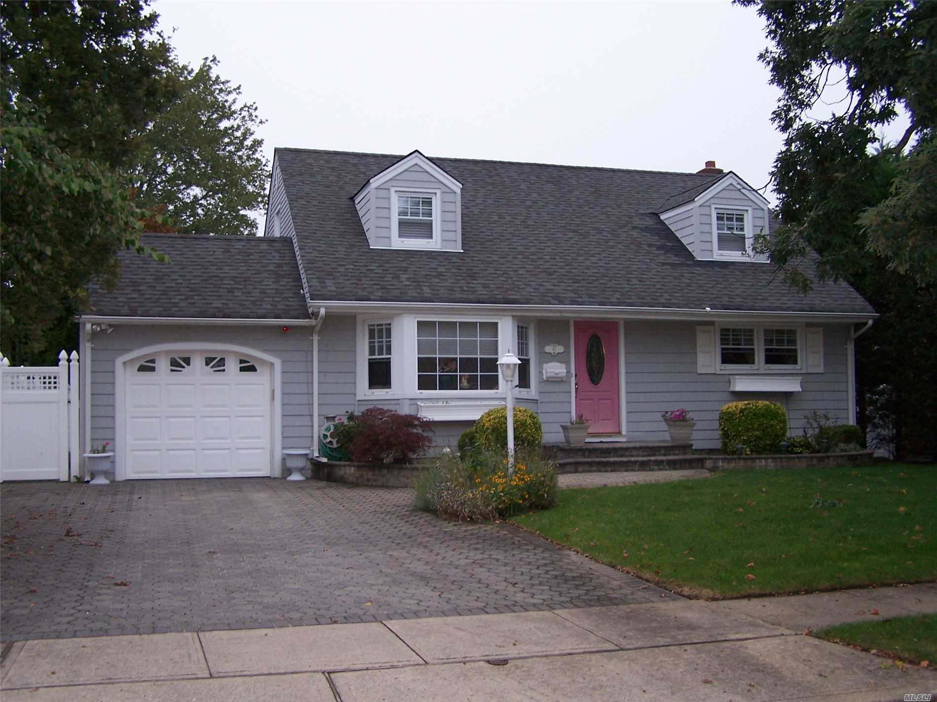 Photo of home for sale at 47 Iroquois St E, Massapequa NY