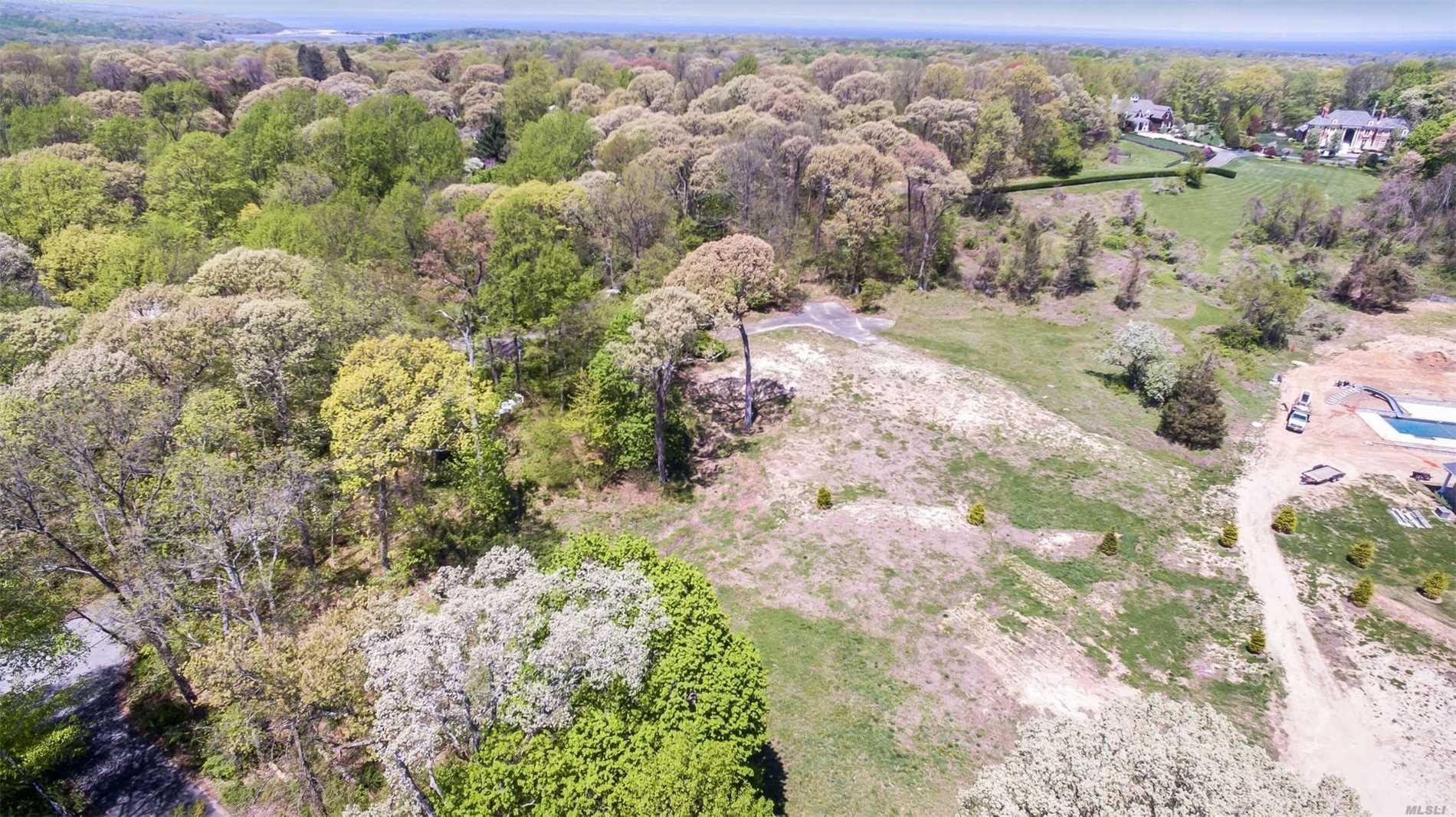 Photo of home for sale at 34 Branglebrink Rd, Nissequogue NY