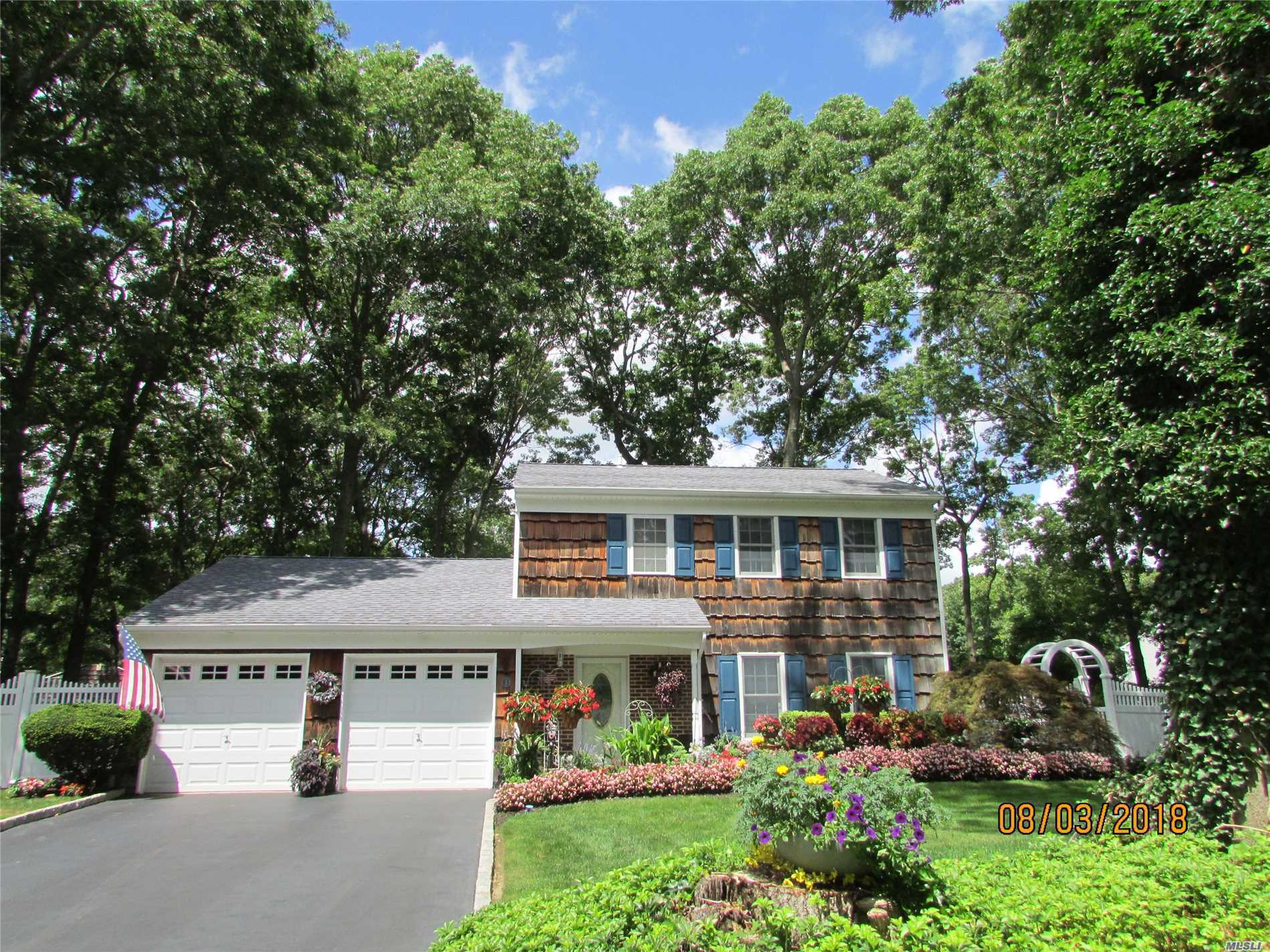 Photo of home for sale at 3 Indian Ridge Pl, Ridge NY