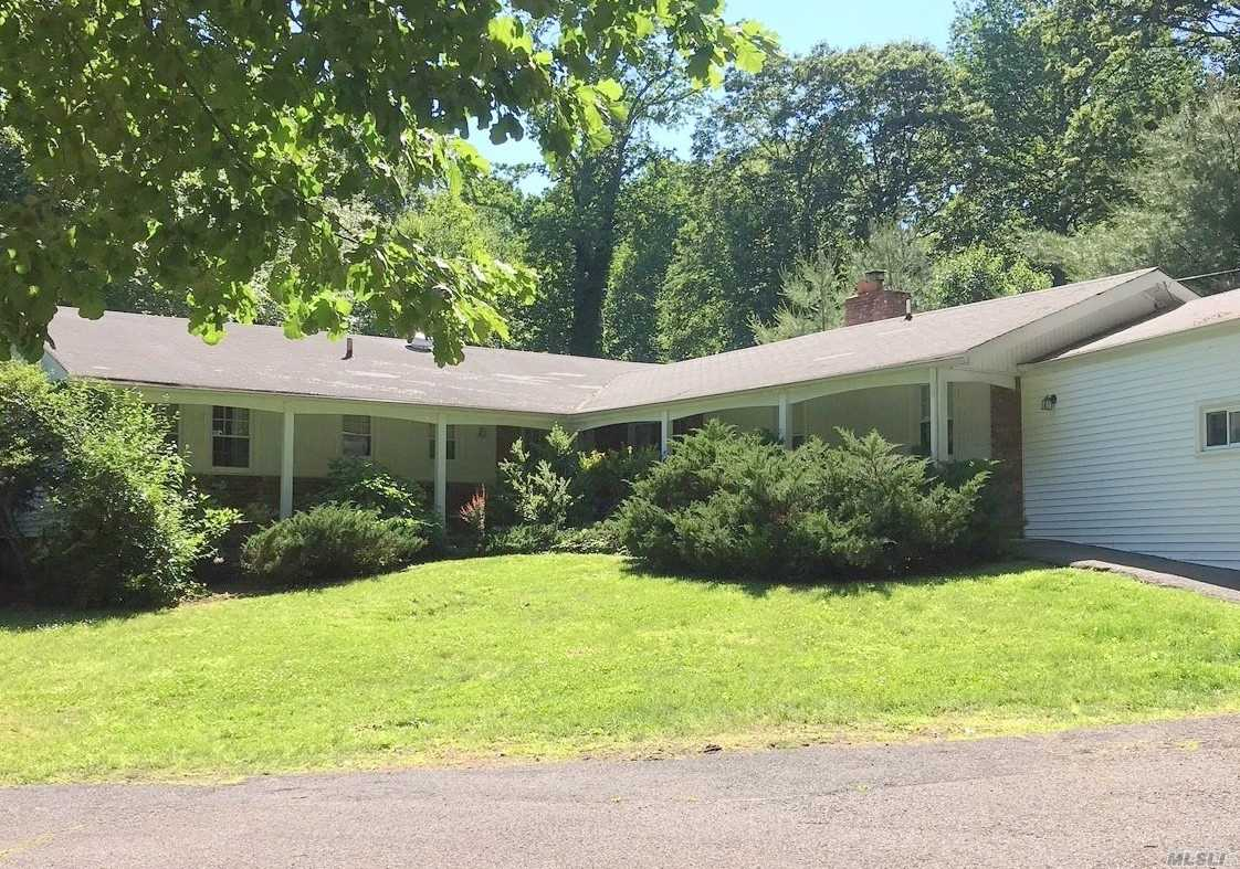 Photo of home for sale at 5 N Soundview Dr, Lloyd Neck NY
