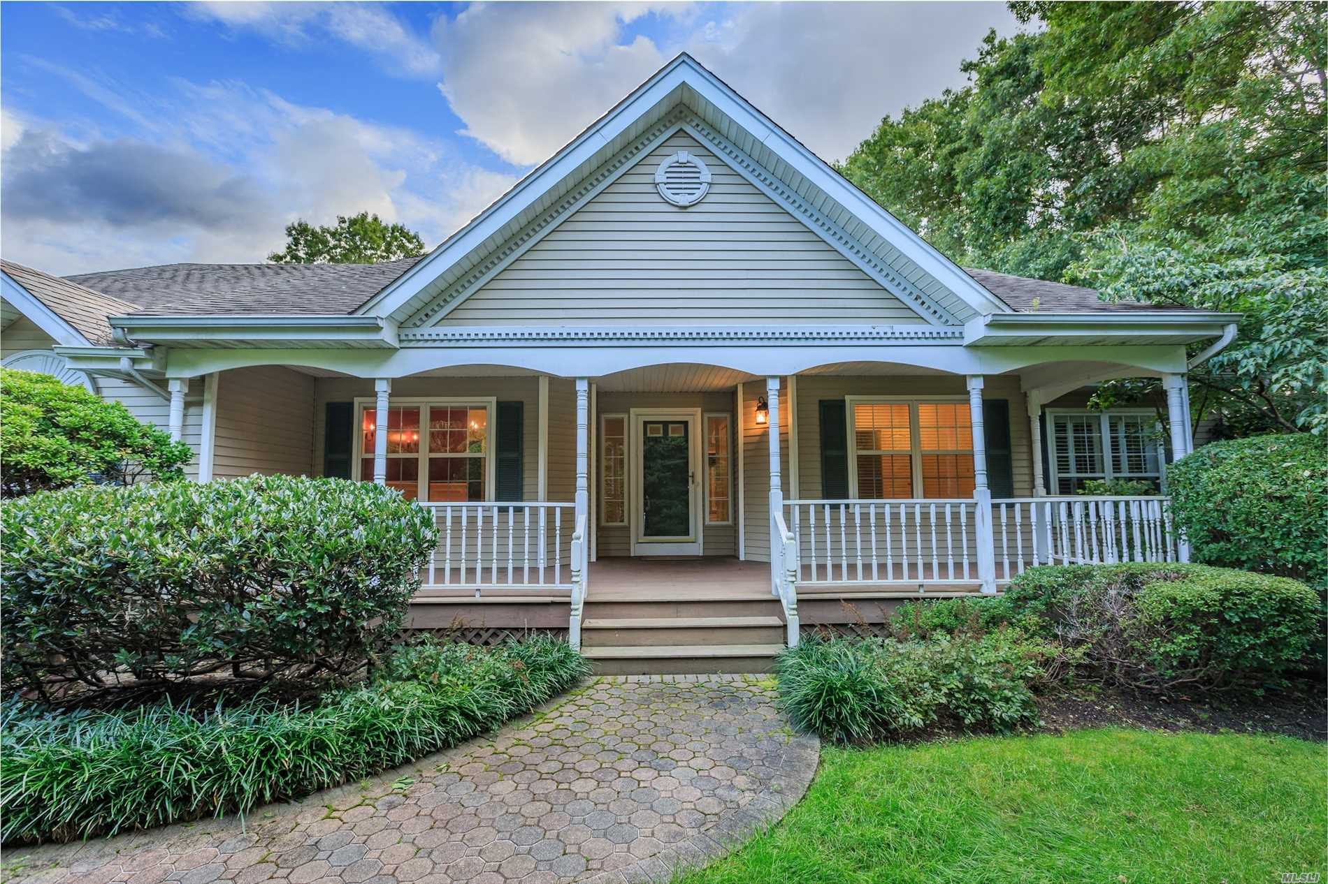 Photo of home for sale at 14 Daremy Ln, East Setauket NY