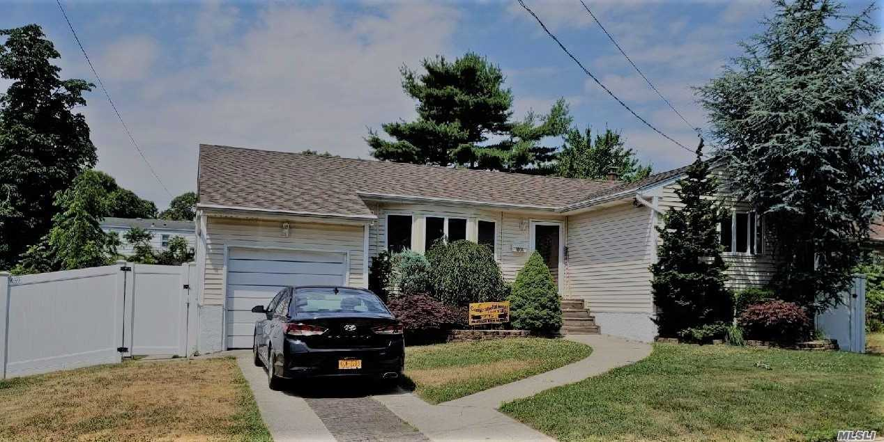 Photo of home for sale at 1804 Seamans Neck Rd W, Seaford NY
