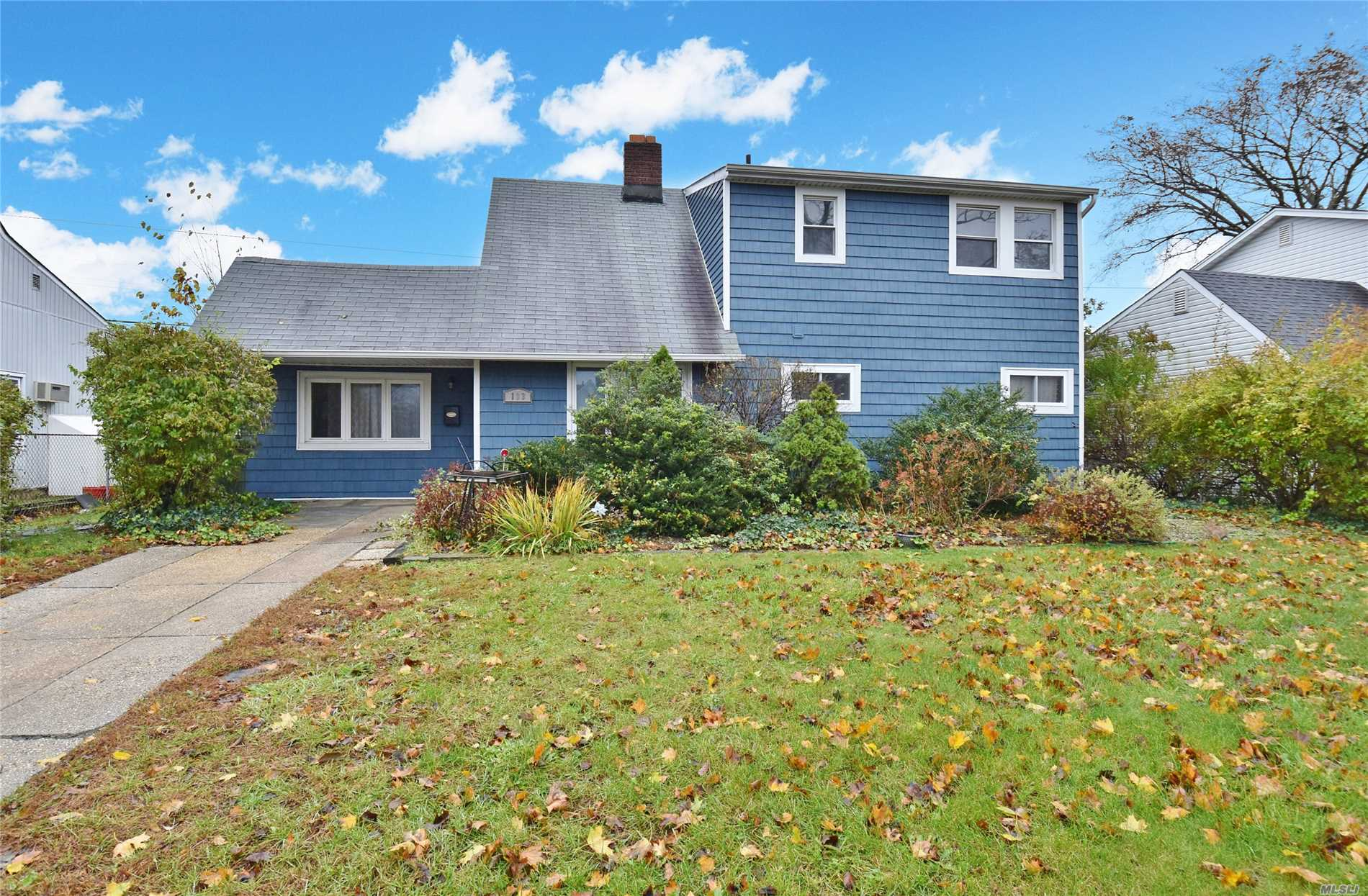 Photo of home for sale at 103 Hamlet Rd, Levittown NY