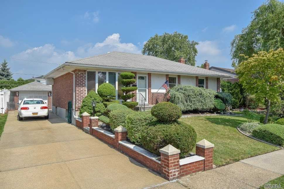Photo of home for sale at 3655 Courtney Ln, Bethpage NY