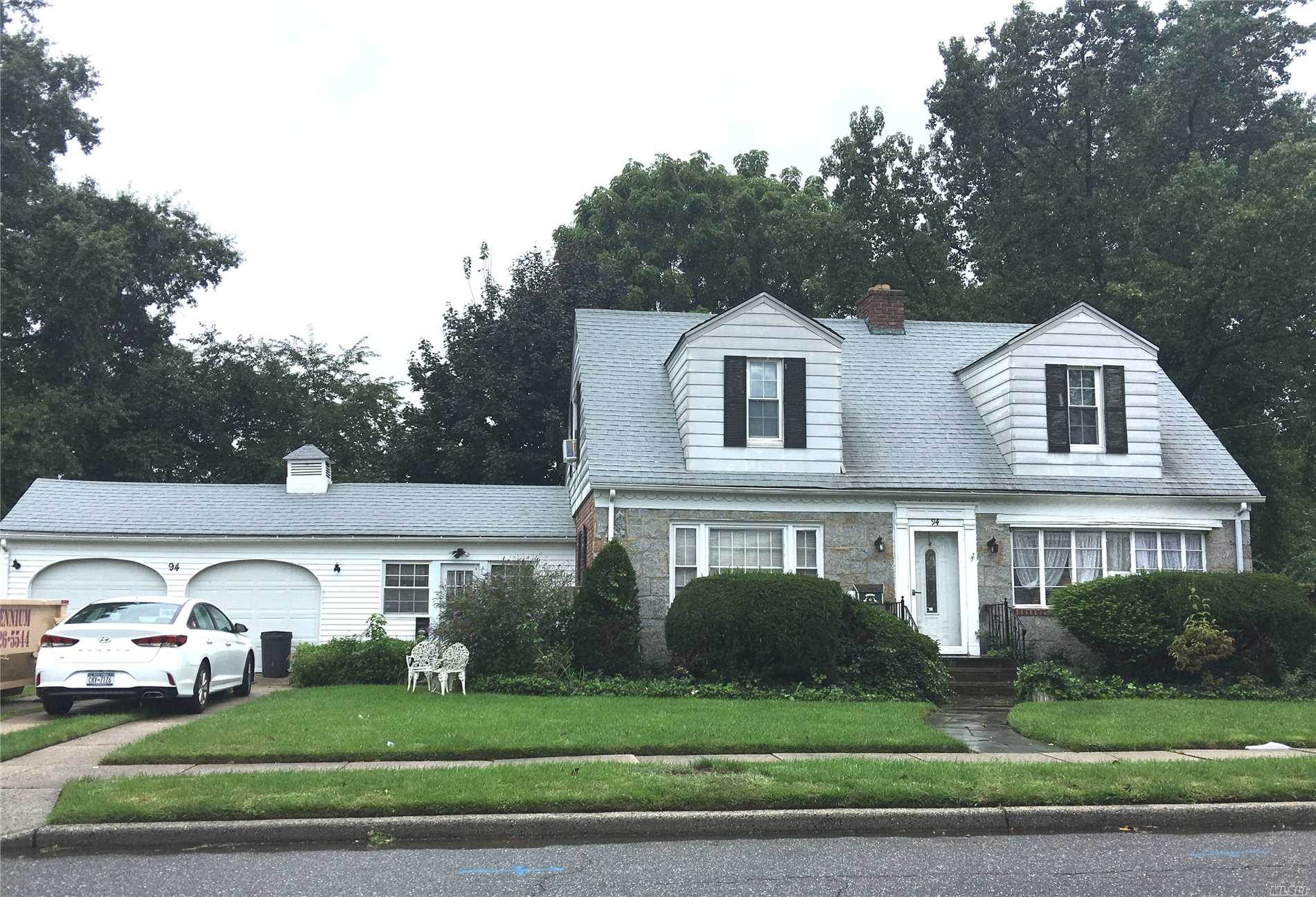 Photo of home for sale at 94 East St, Hicksville NY