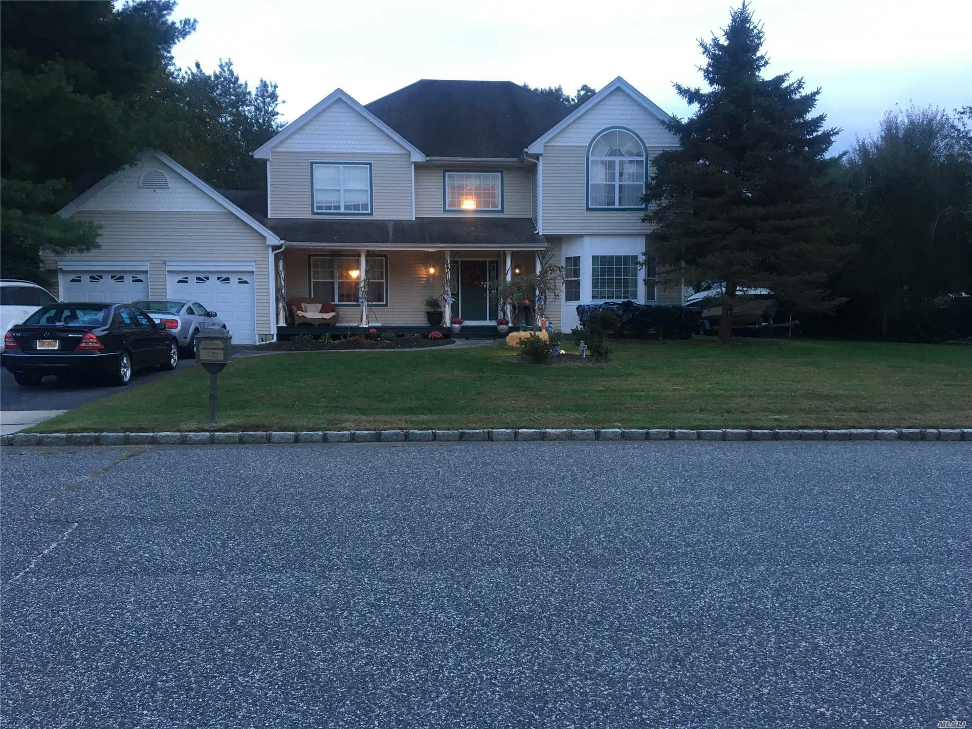 Photo of home for sale at 27 Mark Twain Ln, East Setauket NY