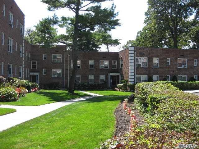 Property for sale at 6 Edwards St Unit 2C, Roslyn Heights,  New York 11577