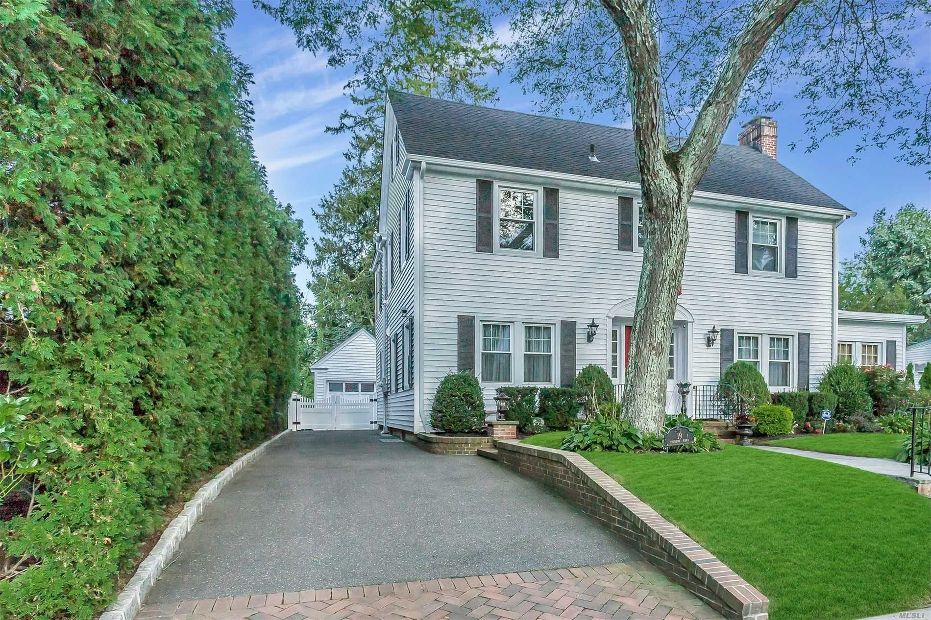 Photo of home for sale at 19 Kilburn Rd, Garden City NY
