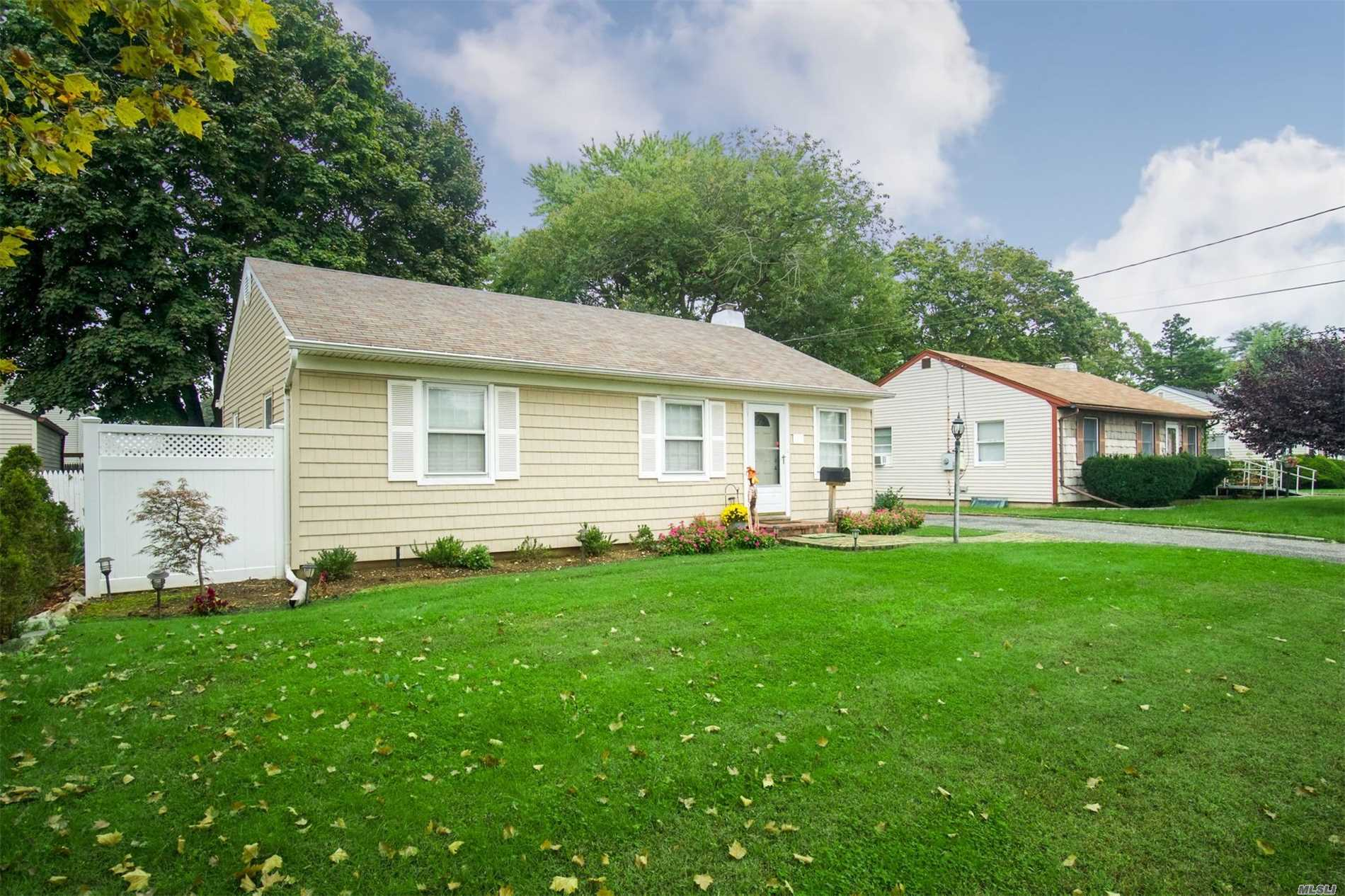 Photo of home for sale at 29 Jessen Ave, Deer Park NY