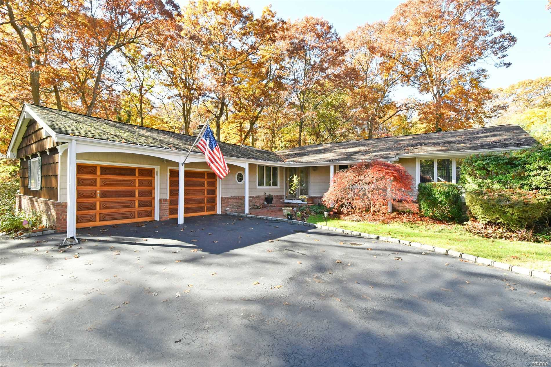 Photo of home for sale at 4 Candlewood North Path, Dix Hills NY