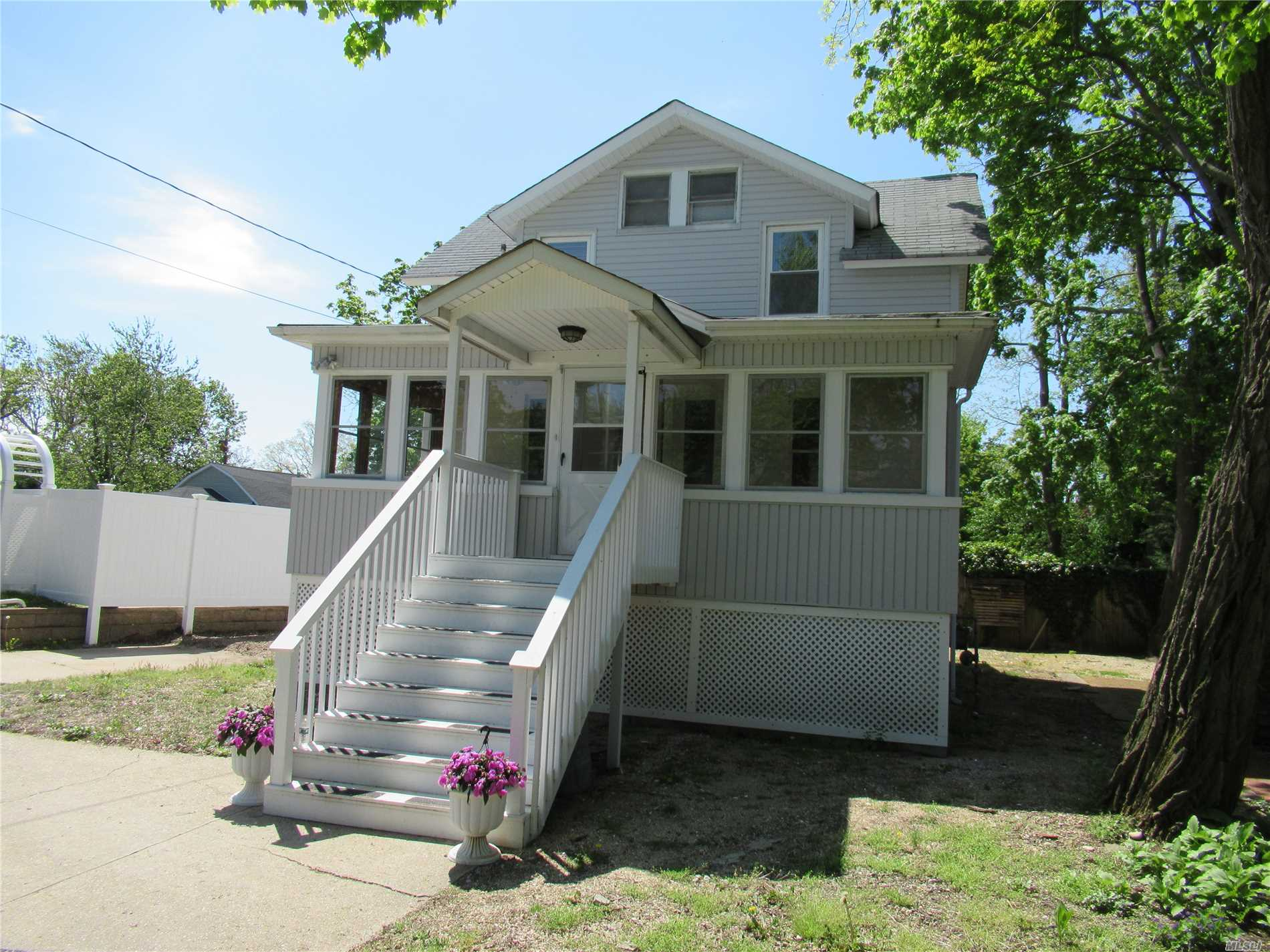 Photo of home for sale at 208 Bayville Ave, Bayville NY