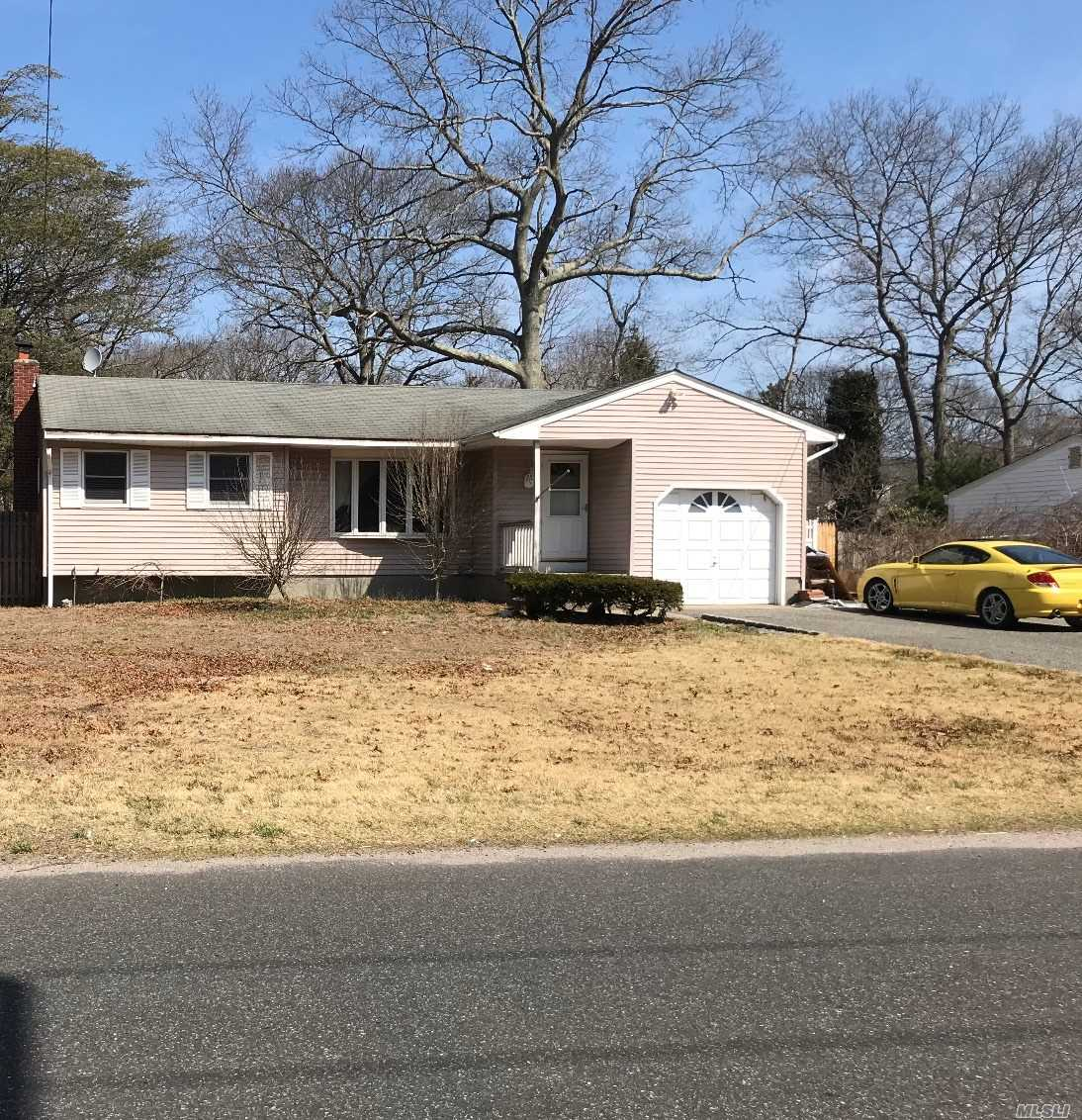 Photo of home for sale at 245 Jamaica Ave, Medford NY